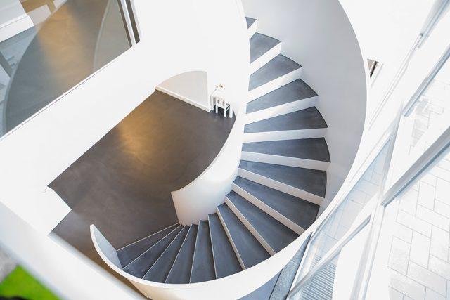 Die Treppe in der Zahnarztpraxis Buchmann von oben.