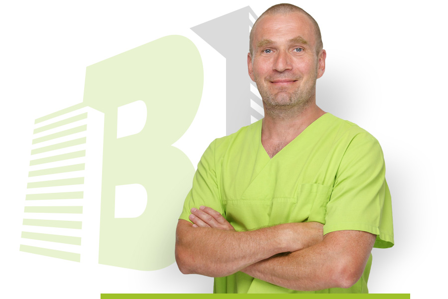 Dr. Thomas Buchmann steht mit verschränkten Armen im Vordergrund. Im Hintergrund ist das Logo der Zahnarztpraxis Buchmann zu sehen.