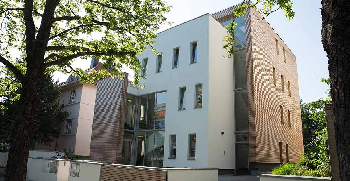 Die Zahnarztpraxis Dr. Buchmann in Halle bietet ZFA einen attraktiven Job mit Perspektive.